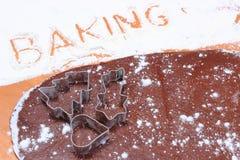Redacte la hornada escrita en harina, cortadores de la galleta y pasta para el pan de jengibre Imagen de archivo libre de regalías