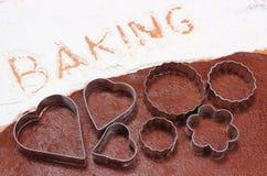 Redacte la hornada escrita en harina y pasta para las galletas Fotografía de archivo libre de regalías