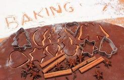 Redacte la hornada, los cortadores de la galleta y la especia en la pasta para el pan de jengibre Imagen de archivo