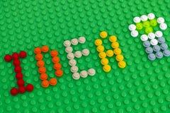 Redacte la idea y el encanto de la bombilla hacia fuera de Lego Round Bricks en gre Fotos de archivo libres de regalías