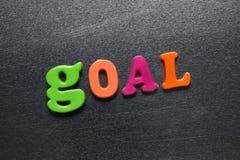 Redacte la meta explicada usando los imanes coloreados del refrigerador Fotografía de archivo