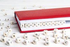 Redacte la narración escrita en bloques de madera en cuaderno rojo en w Fotografía de archivo