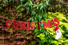 Redacte la Navidad hecha de las letras que brillan rojas puestas en el St Fotos de archivo