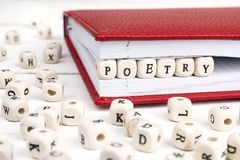 Redacte la poesía escrita en bloques de madera en cuaderno rojo en el wo blanco Fotografía de archivo