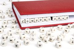 Redacte la zona de comodidad escrita en bloques de madera en cuaderno rojo en wh Imagenes de archivo