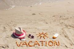 Redacte las vacaciones, los accesorios para tomar el sol y el pasaporte con el dólar en la playa, tiempo de las monedas de verano Foto de archivo libre de regalías