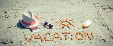Redacte las vacaciones, los accesorios para tomar el sol y el pasaporte con el dólar en la playa, viaje de las monedas en concept Fotos de archivo libres de regalías