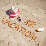 Redacte las vacaciones, los accesorios para tomar el sol y el pasaporte con las monedas dólar, concepto de tiempo de verano Imágenes de archivo libres de regalías