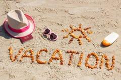 Redacte las vacaciones, los accesorios para tomar el sol y el pasaporte en la playa, concepto de tiempo de verano Fotografía de archivo libre de regalías