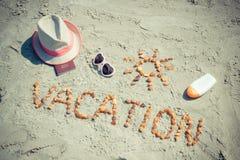 Redacte las vacaciones, los accesorios para tomar el sol y el pasaporte en la playa, concepto de viaje en tiempo de verano Imagen de archivo libre de regalías
