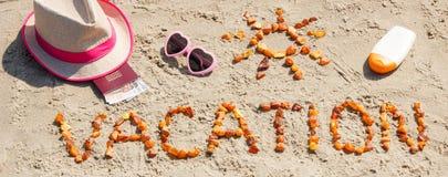 Redacte las vacaciones, los accesorios para tomar el sol y el pasaporte con las monedas euro en la playa Imagen de archivo