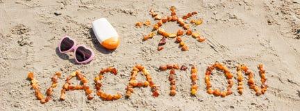 Redacte las vacaciones y la forma del sol, accesorios para tomar el sol en la arena en la playa, tiempo de verano Fotografía de archivo