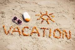 Redacte las vacaciones y la forma del sol, accesorios para tomar el sol en la playa, concepto de tiempo de verano Fotografía de archivo libre de regalías