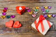 Redacte los corazones jovenes presentados amor, dos cajas para un regalo en la forma de corazones y los corazones decorativos en  Imagen de archivo