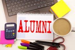 Redacte a los ex-estudiantes de los alumnos de la escritura en la oficina con el ordenador portátil, marcador, pluma, efectos de  libre illustration
