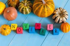 Redacte noviembre en los cubos y las calabazas del juguete del niño encendido Fotografía de archivo libre de regalías