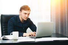 Redacteur die nieuw artikel controleren op zijn laptop Het maken van nieuws royalty-vrije stock foto