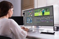 Redacteur het uitgeven video op computer royalty-vrije stock foto