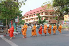 Redactie Boeddhistische monnik bij chiangmai Thailand op straat royalty-vrije stock foto's
