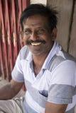 Redactie illustratief beeld Portret van de glimlachende droevige hogere Indische mens royalty-vrije stock foto