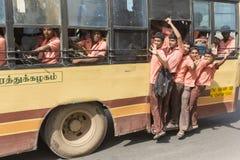 Redactie illustratief beeld Schoolkinderen in bus India stock foto