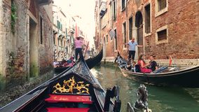 redactie Juni 2019 Veneti?, Itali? Mening van Grand Canal in Veneti?, Itali? Gondelieren op gondels stock video