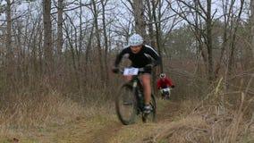 redactie Twee Bergfietsers die in Bos rennen stock videobeelden