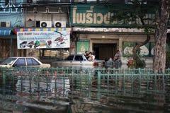 Redactiefotoingezetenen van overstroomde gebieden van Bangkok tijdens de vloed, Thailand 2011 Stock Foto's
