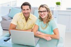Redactieteam die samen het glimlachen werken bij camera Royalty-vrije Stock Afbeelding