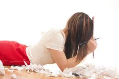 Redactor que hace notas en su carpeta Imágenes de archivo libres de regalías
