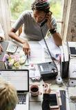 Redactor Woman Talking en el teléfono en la oficina imágenes de archivo libres de regalías