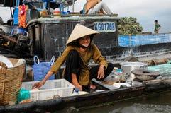 Redakcyjna łódź na tradycyjnym spławowym rynku Obrazy Royalty Free