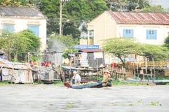Redakcyjna łódź na tradycyjnym spławowym rynku Zdjęcia Stock