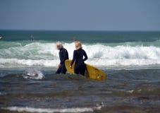 Redakcyjne para surfingowów przykopu równiny Montuak Nowy Jork zdjęcie stock