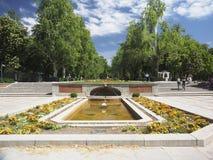 Redakcyjni turyści chodzą fontanny wejściem Retiro park zdjęcie royalty free