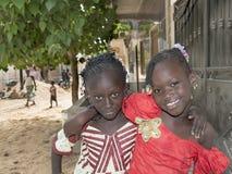 Redakcyjny podpis: M'BAO, SENEGAL, AFRYKA †'SIERPIEŃ 6 2014, Dwa, - przyjaciele w ulicie na uczta dniu Zdjęcia Stock
