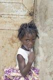 Redakcyjny podpis: THIAROYE, SENEGAL, AFRYKA †'†'LIPIEC 26, 2014 Niezidentyfikowana Senegalska dziewczyna przed domowym drzwi Obrazy Stock