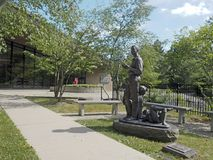 Redakcyjny sculpute przy biblioteką publiczną buduje Chappaqua, Nowy Yo zdjęcia stock