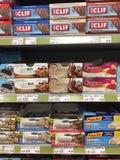 Redakcyjny wizerunek pokaz faleza energetyczni bary i inni energetyczni bary przy supermarketem zdjęcie stock