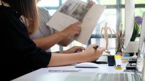 Redaktören som talar ett plan för tidskrift, redigerar laget av idérikt royaltyfri foto