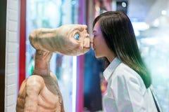 Redaktörs- asiatisk flickakyssfrämling Arkivbilder