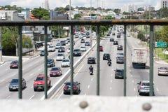 Redaktörs- bilar på Avenida DOS Bandeirantes arkivbild