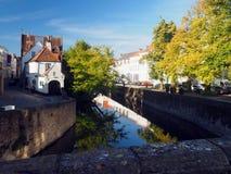 Redaktörs- Bruges Belgien historiska hus på kanalen Europa Fotografering för Bildbyråer
