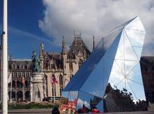 Redaktörs- Bruges Belgien marknaden med skulptur Arkivfoton