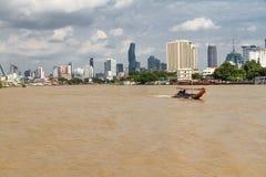 Redaktörs- Chao Phraya River och Bangkok horisont Arkivbild