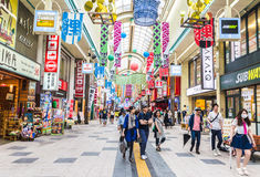 Redaktörs- folk runt om område i den Sapporo staden i Hokkaido Ja royaltyfria bilder