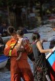 Redaktörs- foto översvämmar i Thailand, räddareinnehavet i händerna av ett barn som fotograferas i 2011 i bangkok Arkivbilder