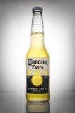 Redaktörs- foto av Corona Extra öl på vit lutningbakgrund Arkivbilder