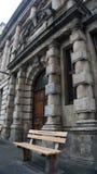 Redaktörs- fotobänkanseende nära den Cape Town domstolen med de inte vita orden endast, Sydafrika Arkivfoton