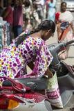 Redaktörs- illustrativ bild Moped som flyttar sig i Indien Royaltyfri Foto